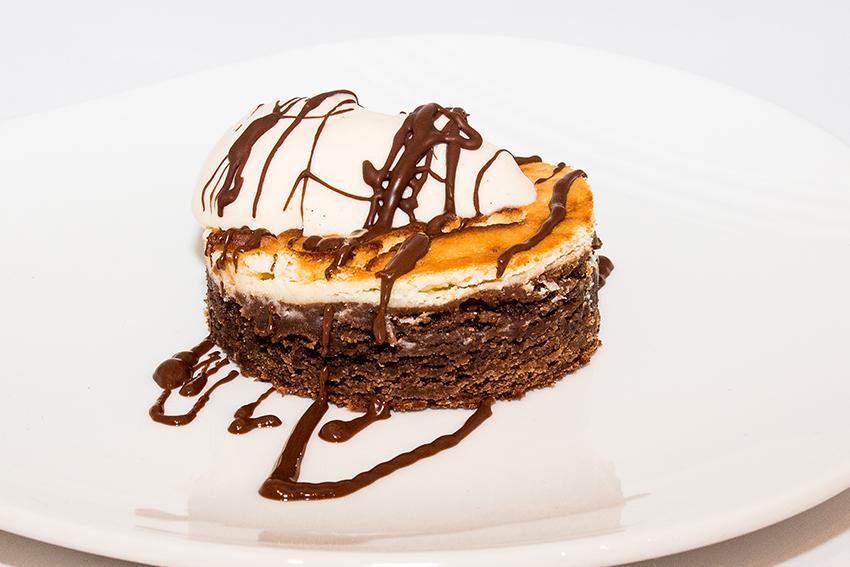 Brownie de chocolate y queso con sirope de chocolate y helado de vainilla