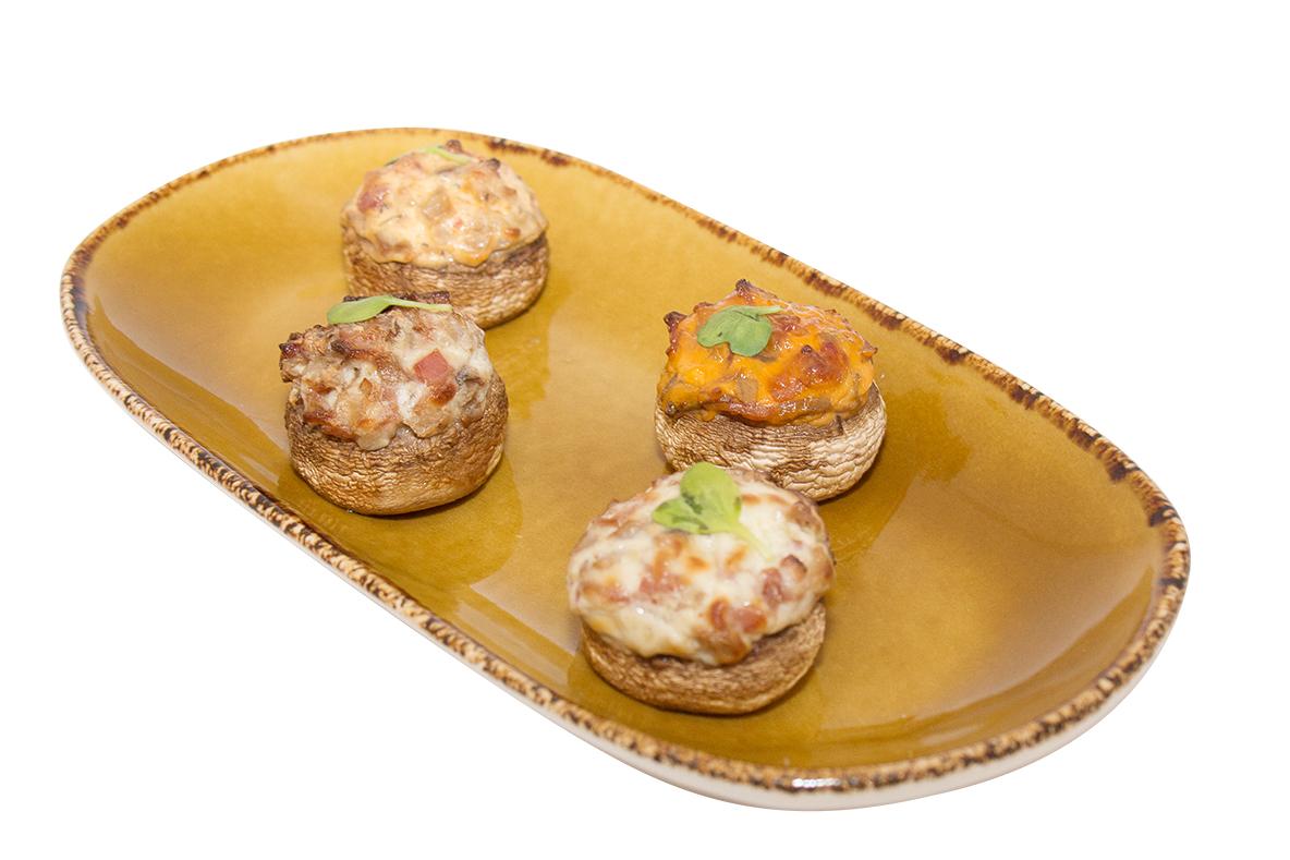 Champiñones rellenos de queso cremoso, cebolla y bacon
