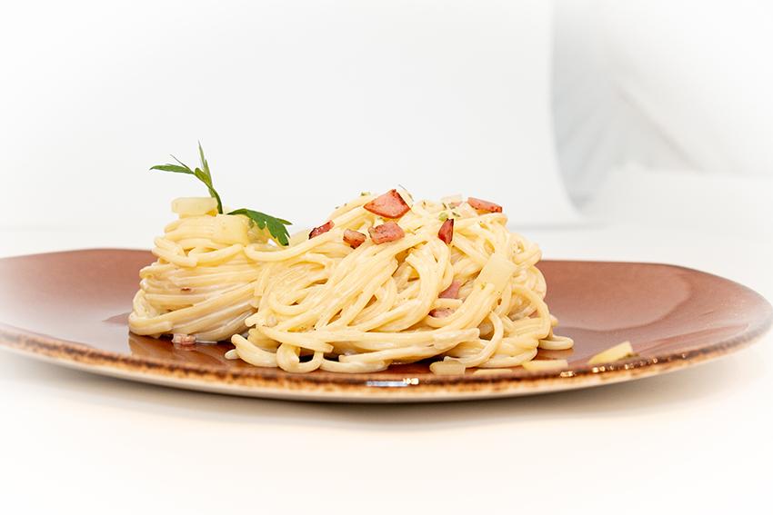 Espaguetis con queso azul, bacon, pera y cebolla-1