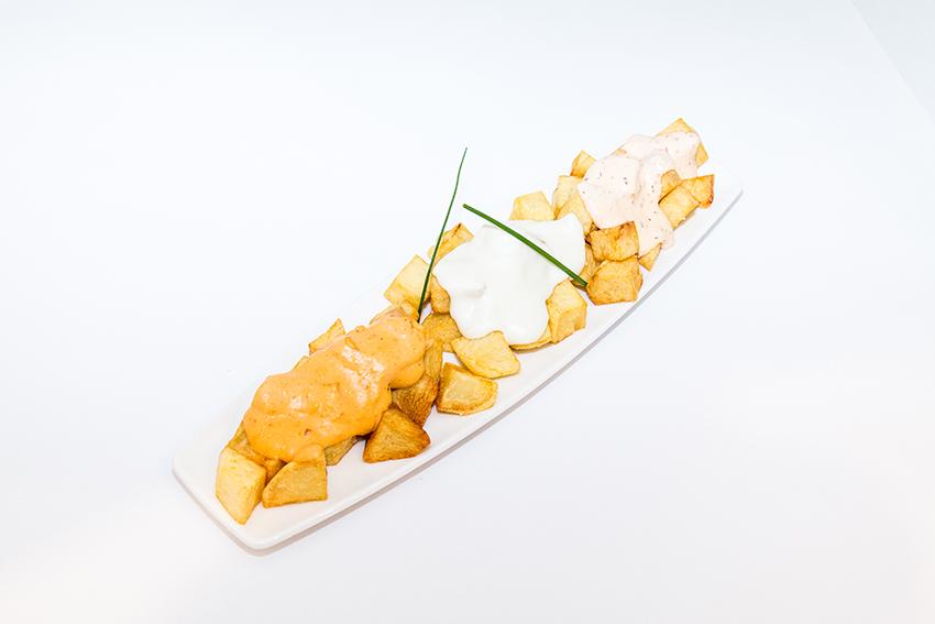 Patatas fritas con salsas de quesos cremosos-1