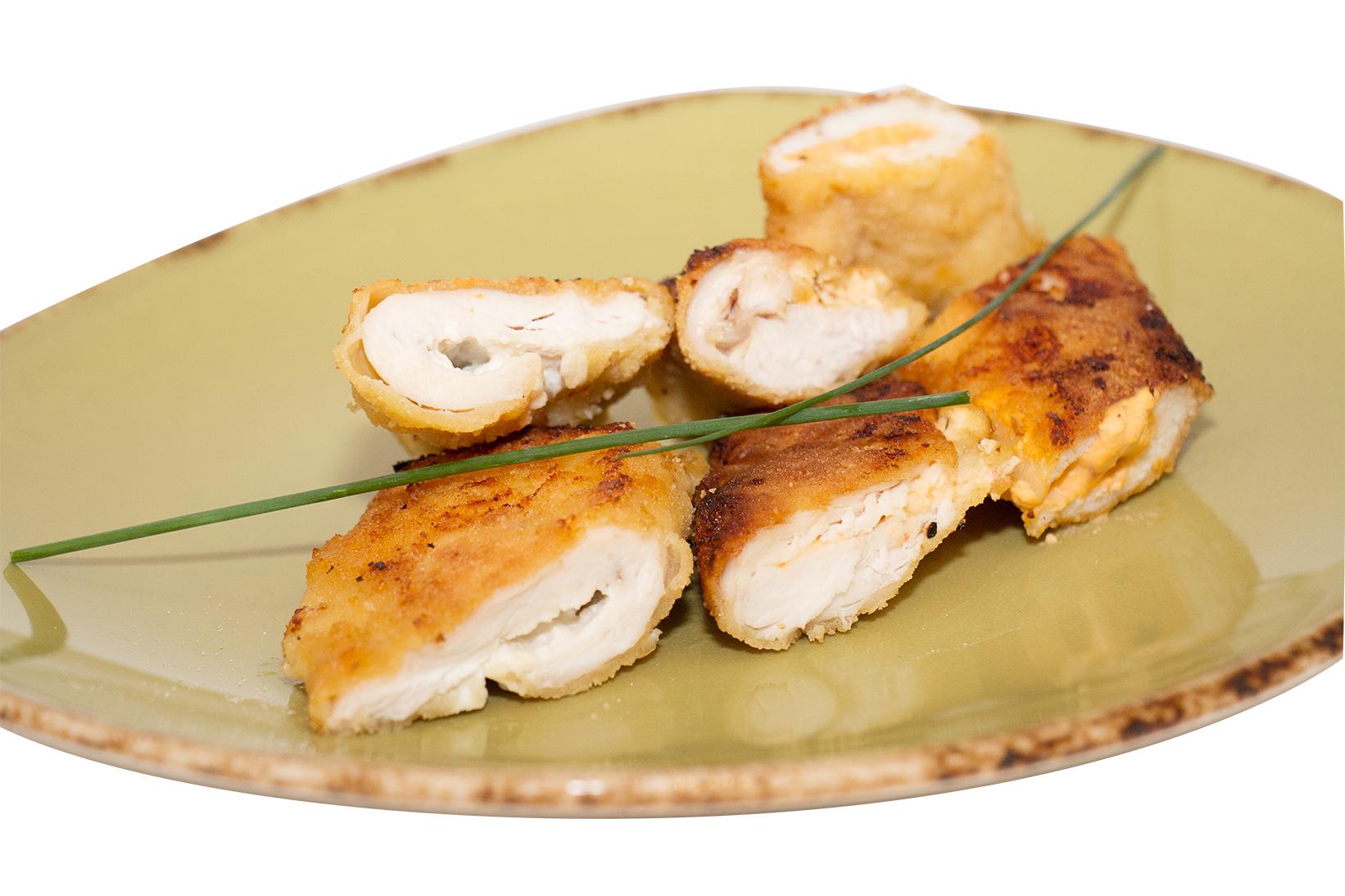 Rollitos de pechugas de pollo rellenos de queso cremoso