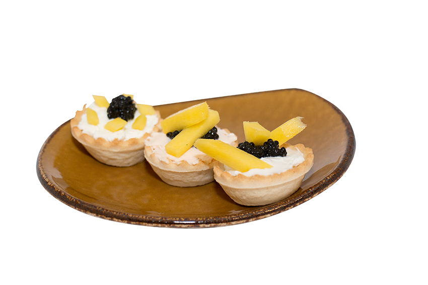 Tartaletas de queso cremoso con huevas y mango