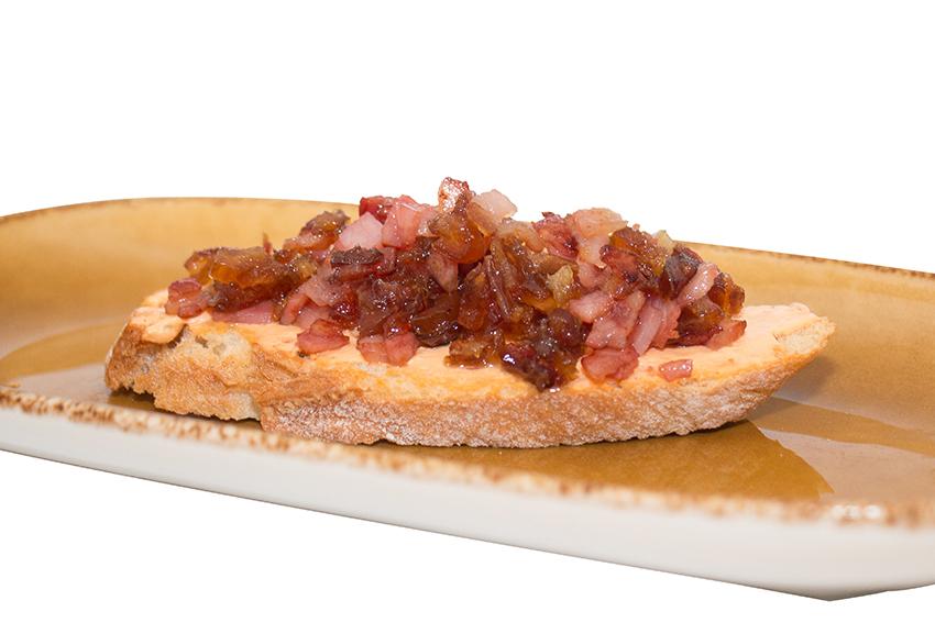 Tosta de queso cremoso con bacon y dátiles