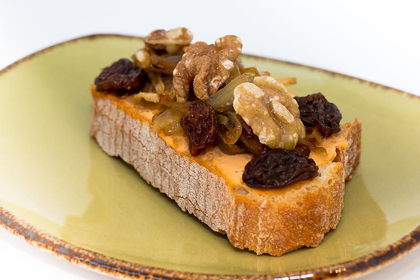 Tosta de queso cremoso con cebolla caramelizada, nueces y pasas-1