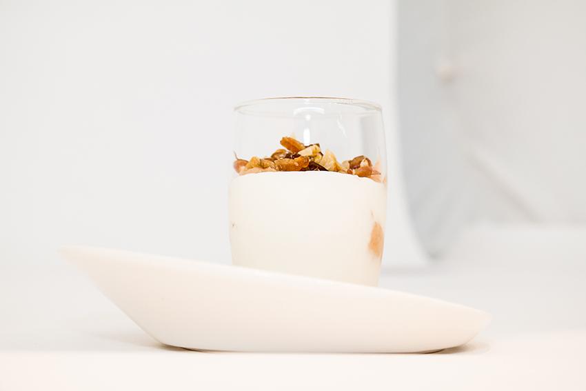 Vasito de queso cremoso con membrillo, nueces y dátiles-1